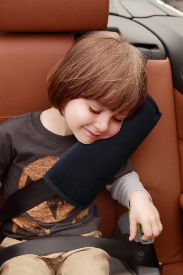 almohada-cinturon-coche-instalada-apramo-cositasdebebes